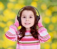 Muchacha con los auriculares negros grandes Fotografía de archivo libre de regalías