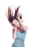 Muchacha con los auriculares que canta en el fondo blanco Fotos de archivo libres de regalías