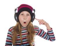 Muchacha con los auriculares que escucha la música Fotos de archivo
