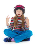 Muchacha con los auriculares que escucha la música Imagen de archivo