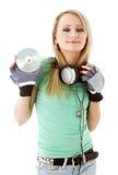 Muchacha con los auriculares que sostienen c Foto de archivo libre de regalías