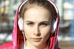 Muchacha con los auriculares y el jugador de música Imágenes de archivo libres de regalías