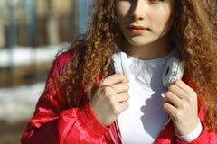 Muchacha con los auriculares y el jugador de música Fotos de archivo libres de regalías