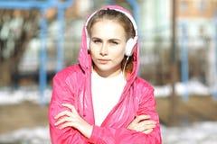 Muchacha con los auriculares y el jugador de música Fotos de archivo