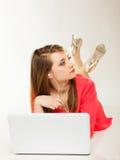 Muchacha con los auriculares y el ordenador que escucha la música Fotografía de archivo libre de regalías