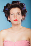 Muchacha con los bigudíes en pelo, mujer que se prepara para ir de fiesta Imagen de archivo
