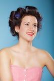 Muchacha con los bigudíes en pelo, mujer que se prepara para ir de fiesta Fotografía de archivo libre de regalías