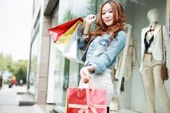 Muchacha con los bolsos de compras fotos de archivo