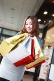 Muchacha con los bolsos de compras fotos de archivo libres de regalías