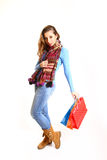 Muchacha con los bolsos de compras aislados en el fondo blanco Fotos de archivo