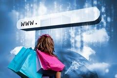 Muchacha con los bolsos de compras que miran la barra de la dirección con los servidores de datos Foto de archivo libre de regalías