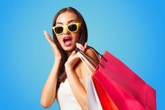 Muchacha con los bolsos de compras - sally foto de archivo libre de regalías