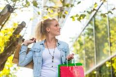 Muchacha con los bolsos de compras - sally Imágenes de archivo libres de regalías