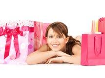 Muchacha con los bolsos del regalo del color Imágenes de archivo libres de regalías