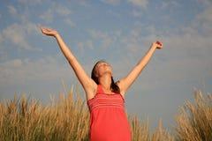 muchacha con los brazos abiertos Imagen de archivo
