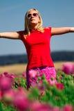 Muchacha con los brazos levantados al aire libre Imágenes de archivo libres de regalías
