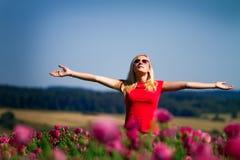 Muchacha con los brazos levantados al aire libre Imagen de archivo