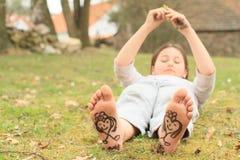 Muchacha con los corazones en lenguados Imagen de archivo