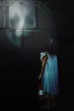 Muchacha con los demonios de la sombra afuera Fotos de archivo libres de regalías