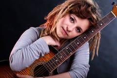 Muchacha con los dreadlocks que sostienen la guitarra Fotografía de archivo libre de regalías