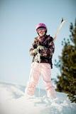 Muchacha con los esquís Imagenes de archivo
