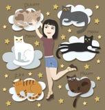 Muchacha con los gatos divertidos en las nubes Foto de archivo libre de regalías