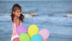 Muchacha con los globos almacen de video
