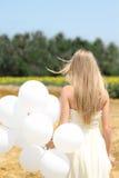 Muchacha con los globos blancos foto de archivo libre de regalías