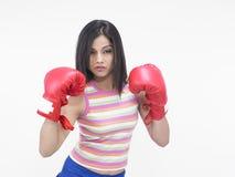 Muchacha con los guantes de boxeo rojos Imagen de archivo libre de regalías