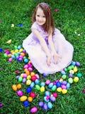 Muchacha con los huevos de Pascua Fotos de archivo libres de regalías