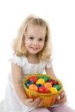 Muchacha con los huevos de Pascua en una cesta Fotografía de archivo