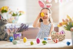Muchacha con los huevos pintados fotografía de archivo libre de regalías