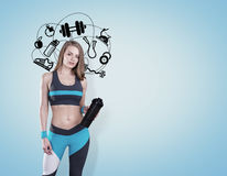 Muchacha con los iconos de la estera y del deporte de la yoga, azules Imágenes de archivo libres de regalías