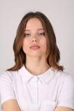 Muchacha con los labios grandes en camiseta Cierre para arriba Fondo blanco Imagen de archivo