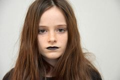 Muchacha con los labios pintados negro Imágenes de archivo libres de regalías