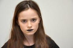 Muchacha con los labios pintados negro Imagenes de archivo