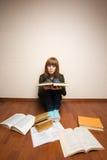 Muchacha con los libros en el suelo Imágenes de archivo libres de regalías