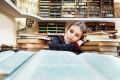 Muchacha con los libros en la biblioteca Imagen de archivo