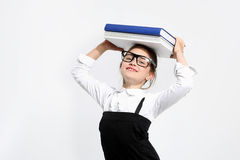 Muchacha con los libros en su cabeza Foto de archivo