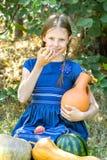Muchacha con los melones del jarro y de la cosecha Fotografía de archivo