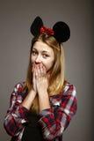 Muchacha con los oídos de ratón en sorpresa Foto de archivo libre de regalías