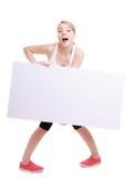 Muchacha con los ojos abiertos divertida de la mujer con la bandera en blanco de la muestra de la cartelera Foto de archivo