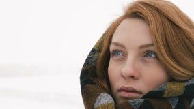 Muchacha con los ojos azules que miran el cielo Cámara lenta metrajes