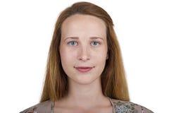 Muchacha con los ojos azules y el pelo hermosos del pelirrojo Imagenes de archivo
