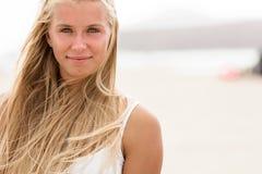 Muchacha con los ojos azules y el pelo rubio en la playa Imagenes de archivo