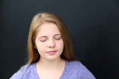 Muchacha con los ojos cerrados Foto de archivo libre de regalías