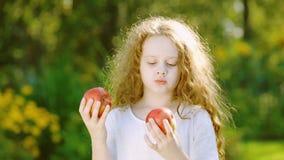 Muchacha con los ojos de manzanas en el jardín del otoño almacen de metraje de vídeo