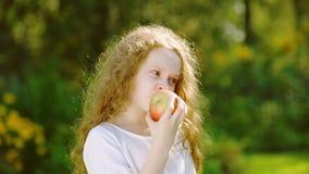Muchacha con los ojos de manzanas en el jardín del otoño almacen de video