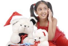 Muchacha con los osos del peluche en la Navidad Imagenes de archivo