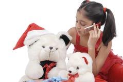 Muchacha con los osos del peluche en la Navidad Fotografía de archivo libre de regalías